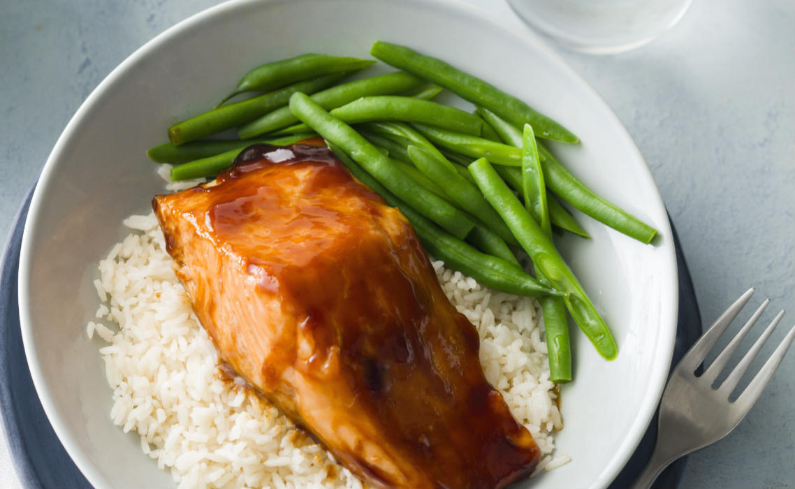Teriyaki salmon with green beans on rice